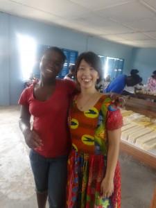 FROMWORLD201501写真②ワークショップに来ていたおばちゃんと。ガーナ服の私